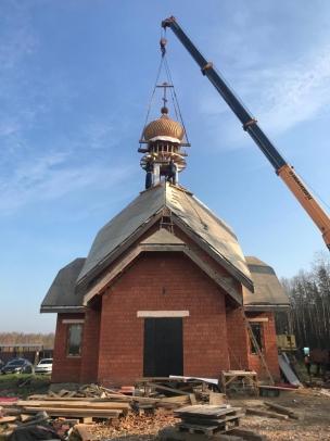 Установка купола часовни на кладбище в Колпино